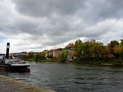Entlang der Donau (johannroehrle) Tags: sony schiff wolken wasser water architektur altstadt autumn automne herbst himmel deutschland donau danube bayern regensburg river jeseň jesień