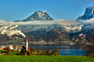 Swiss train experience : The Thunersee & the Kirche St. Columban , 5.11.17, 13:35:43. Image taken from the train Izakigur No. 1027.