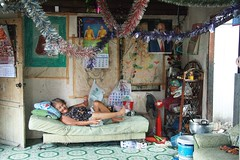 grandma scrambling to get out of bed (the foreign photographer - ฝรั่งถ่) Tags: grandma scrambling front room house decorated khlong thanon portraits bangkhen bangkok thailand canon