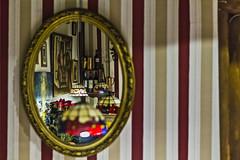 Al otro lado del espejo (Ignacio M. Jiménez) Tags: espejo mirror interior inside ignaciomjiménez lamparas lamps granada andalucia andalusia españa spain matchpointwinner mpt599