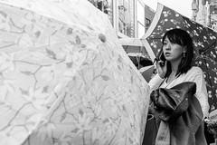 Tokyo, dans le quartier de Harajuku (callifra7) Tags: japon tokyo scènederue noiretblanc blackandwhite harajuku pluie parapluie canoneos5dmarkiv ef1635mmf4lisusm streetphotography japan
