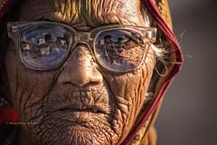 BADAMI :PORTRAIT D'UNE VIEILLE FEMME RIDÉE (pierre.arnoldi) Tags: inde india photoderue pierrearnoldi photooriginale photocouleur photographequébécois portraitdefemme rides lunettes badami karnataka