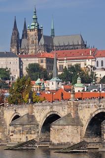Le pont Charles et la colline du château, Prague, République Tchèque.