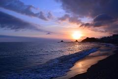 Paseando con Bette Davis (Tomás Hornos) Tags: sunset atardecer almuñécar playa beach plage sol sun mar sea olas waves agua paisaje puestadesol cielo sky cloud nubes
