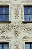 DSC_1465 Reich verzierte Barockfassade - florale Stuckbänder; historische Architektur in Toruń. (stadt + land) Tags: toruń stadt weichsel kulmerland polen deutscher orden burg hansebund hansestadt hanse neuehanse impressionen sehenswürdigkeiten bilder foto eindrücke stadtrundgang fotowalk reich verzierte barockfassade florale stuckbänder historisch architektur torun