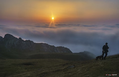 Aldapan gora (Jabi Artaraz) Tags: jabiartaraz jartaraz zb euskoflickr gorbeia lainoa behelainoa bruma niebla contraluz sun sol sunset sunrise nature natura natureselegantshots