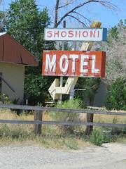 Shoshoni Motel (2 of 2) (jimsawthat) Tags: smalltown shoshoni wyoming abandoned decay motel vintagemotel metalsign arrow vintagesign neon