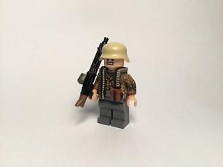 Waffen SS dot44 camo machine gunner