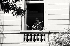 Music in the window (Wal Wsg) Tags: musica music guitarist guitarrista window balcony balcon byn bw phwalwsg