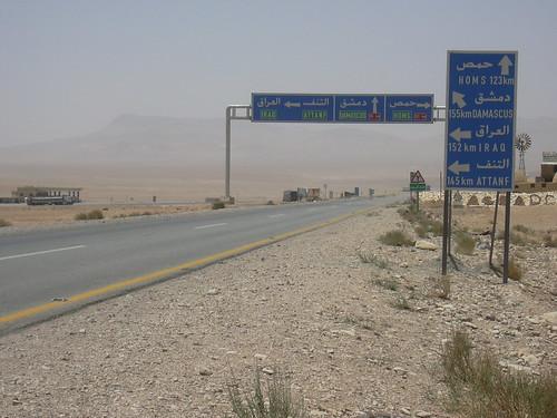 Abzweig in den Irak auf der Fahrt durch die Wüste von Palmyra nach Damaskus