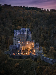 Castle Eltz (Bilderschmied-Danz) Tags: burgeltz castleeltz eltz burg castle mittelalter medieval wierschem rheinlandpfalz rhinelandpalatinate deutschland germany aussichtspunkt viewpoint sunset forest wald sonnenuntergang beleuchtung lights mountains berge herbst autumn bilderschmied bäume trees landscape tower sky