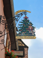 Vacances_0280 (Joanbrebo) Tags: riquewihr grandest francia fr alsace hautrhin streetscenes canoneos80d eosd efs1855mmf3556isstm autofocus signs letrero weihnachtsbaum