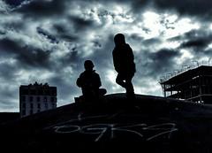 Kings of the mountain (Aviones Plateados) Tags: android motorola motog4 cell mobile phonecamera blue azul blau cielo cel sky clouds nubes nuvols siluetas silhouettes siluetes barcelona torre agbar tower children niños nens infancia childhood