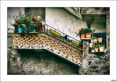 La Jardinera (V- strom) Tags: mujer woman jardín garden nikon nikond700 nikon70300 viaje travel texturas textures arquitectura arquitecture piedra stone macetas flowerpot otoño autumn verde green barro clay retrato portrait