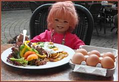 Ich hab schon meine Eier mitgebracht, falls die Hühner hier im Hofladen streiken ... (Kindergartenkinder) Tags: kindergartenkinder annette himstedt dolls sanrike