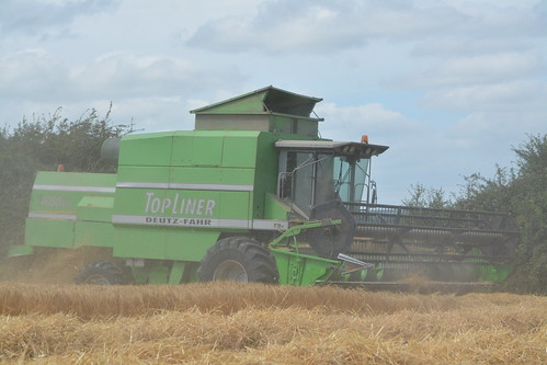 Deutz Fahr Topliner 4080 HTS Combine Harvester cutting Winter Barley