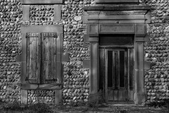 Délaissée (minelflojor) Tags: porte fenêtre herbe abandonné pierre envahissant vieux molasse encadrement volet ferrure linteau door window grass abandoned stone invading old frame shutter fitting lintel maison house drôme france noiretblanc blackandwhite