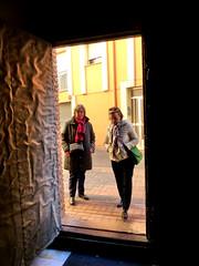 Iglesia en Denia - Churh in Denia (Felipe Sérvulo) Tags: iglesia mujeres puerta denia contraluz luz