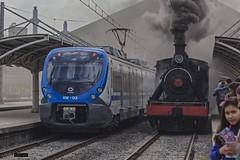 Presente y pasado (Felipe Radrigán) Tags: tren ferrocarril locomotora gente railroad railway train locomotive vapor 607 xtrapolis xm03 efe nos santiago chile estacion central
