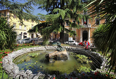 Little oasis at the fountain of Piazza Italia in Perugia (B℮n) Tags: rocca paolina palazzodellaprefettura perugia italia italy umbria italië gallery gallerie hilltop town baroquefacade roman ruins history wander hiking walking street walk girl woman building cathedrale duomo travel holiday vacation etruscan medieval umbrië monuments walls museum church centre baroque artwork culture steps panorama viewpoint hill fountain oase piazzaitalia oasis 50faves topf50