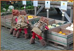 Kindergartenkinder auf dem Wochenmarkt ... (Kindergartenkinder) Tags: kindergartenkinder annette himstedt dolls sanrike annemoni tivi hofladen kürbis