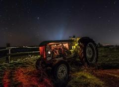 Magia noctámbula. (ELTROTAMO) Tags: tractor noche nocturna iluminacion linterna linternas vehículo estrellas contraste luces contaminación lumínica despejado coche exposición larga trípode barreiros