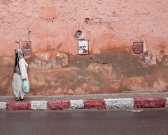 _MG_21222.20121127.5dm2 (Cees Willems) Tags: morocco moroccan maroc marokko marrakesh city people red orange wall contrast colour color veil woman men street streetphotography pink walls ancient fortress sahara desert saharadesert view africa african vacation ceeswillems 5dm2 35l