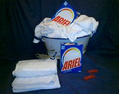 Ariel bucato a mano (Aellevì) Tags: mollette detersivo lavanda catino tinozza mastello oggettidimodernariato latta epoca