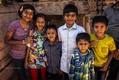 PATTADAKALL:PORTRAIT DE FAMILLE DANS UN TEMPLE (pierre.arnoldi) Tags: inde india pierrearnoldi photographequébécois pattadakall karnataka portraitdefamille canon6d photoderue on1raw