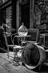 Brocantes (Jan Jungerius) Tags: france frankreich frankrijk apt brocante antiek antique antiquitäten nikond750 tamronsp2470mm zwartwit schwarzweis blackandwhite blackwhite noiretblanc monochrome vaas vase chairs stühle stoelen tisch tafel table wasteil wanne washingbowl mand korb basket