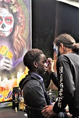 Patiently Gets His Face Painted (Joey Z1) Tags: patientlygetshisfacepaionted facepainted delosmuertosfacepaint urbanscene diadelosmuertos diademuertosathollywoodforevercemetery dayofthedeadcelebration dayofthedead nightscenelosangeles sola nightshot professionalfacepainting hollywoodforevercemetery polychromatic pentaxks1 bylaphotolaureatejoeyzanotti