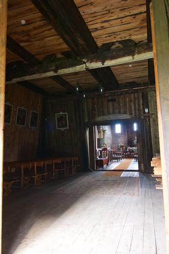 Wnętrze babińca pod wieżą kościoła Wniebowzięcia NMP i św. Michała Archanioła w Haczowie