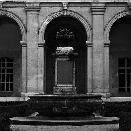 17 - Reims - Musée Saint-Remi - Dans le cloître, une fontaine sans eau...