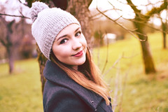(TabuuPhotography) Tags: redlips autumn outside portrait shouting mütze hat wiese mantel girlsfashion smile longhair girl
