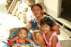 children with grandmother (the foreign photographer - ฝรั่งถ่) Tags: two children boy girl grandma grandmother khlong thanon portraits bangkhen bangkok canon