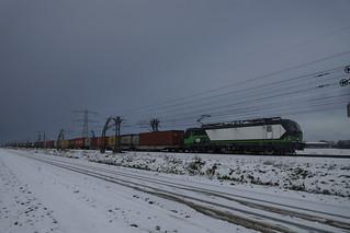 LTE 193 232-6 met containertrein in een besneeuwd landschap over de Betuweroute bij Angeren onderweg richting Emmerich 09-12-2017