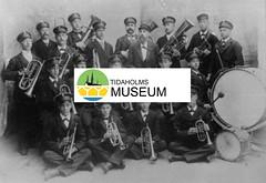 tm_575 (Tidaholms Museum) Tags: människor svartvit positiv gruppfoto 1913 musikkår musikinstrument bastrumma trumpet
