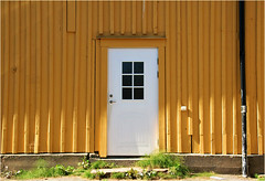 the white door........... (atsjebosma) Tags: door white deur wit geel yellow ddd atsjebosma sweden västervic donderdag 2017