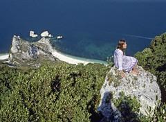 A piedi nudi sul Conero (giorgiorodano46) Tags: 1982 giugno1982 june conero duesorelle spiaggia beach mare adriatico leila giorgiorodano analogic