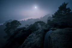 Moonlight Shadow (Philipp Zieger - www.philippzieger-photographie.de) Tags: nacht vollmond sächsischeschweiz sachsen elbsandsteingebirge landschaft nebel landscape saxonyswitzerland night moon fog darkness dunkelheit felsen rocks mondlicht moonlight contrast nature blue