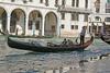 Le gondolier dans le cercle de lumière. (caramoul25) Tags: venise venice venezia gondole reflets balcon gondolier caramoul25