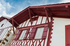 BASTIDE CLAIRENCE-116 (MMARCZYK) Tags: rouge pays basque france nouvelleaquitaine pyrénéesatlantiques bastideclairence 64 architecture vernaculaire colombage bastide navarre