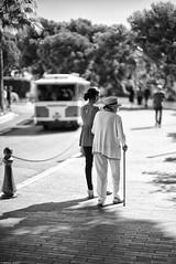Mère & fille (Mathieu HENON) Tags: leica m240 noctilux 50mm noirblanc blackwhite monochrome street photo monaco mère fille promenade