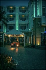 Your car is ready (christophe plc) Tags: voiture car hotel batiment nuit night building street thailand pattaya chonburi canon eos 6dmark2 6dmarkii flickr picture image tropique