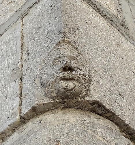 Sant'Angelo dei Lombardi (AV), 2017, Maschera apotropaica su spigolo di fabbricato.