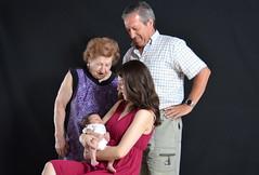 4 generaciones: bisabuela, abuelo, madre e hija. (eustoquio.molina) Tags: social abuelo bisabuela madre hija generaciones familia