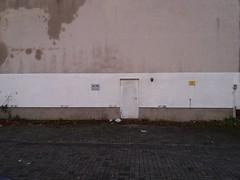 viel Wand mit wenig Tür (QQ Vespa) Tags: tür wall wand fassade haus haustür house noparking abschleppen verbotsschild parkplatz parking streifen