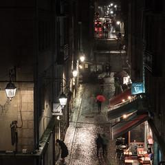 parapluie rouge à St Malo (françoispeyne) Tags: bretagne enfrance heurebleue saintmalo noiretblancetrouge nuit parapluie pluie rainning day rouge nes witness 4
