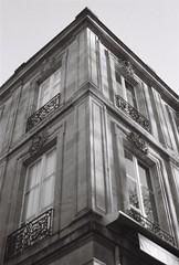 (Simlgen) Tags: canoneos500n bâtiment bordeaux argentique noiretblanc