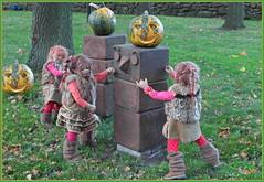 Wie kommen wir nur an den Kürbis dran ... (Kindergartenkinder) Tags: kürbis hofladen kindergartenkinder annette himstedt dolls annemoni sanrike tivi kostüm